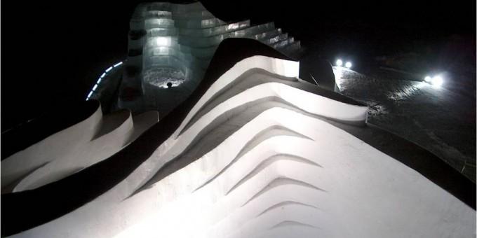 "ZaHa Hadidin suunnittelema ""Twins""-teos; The Snowshow 2004"